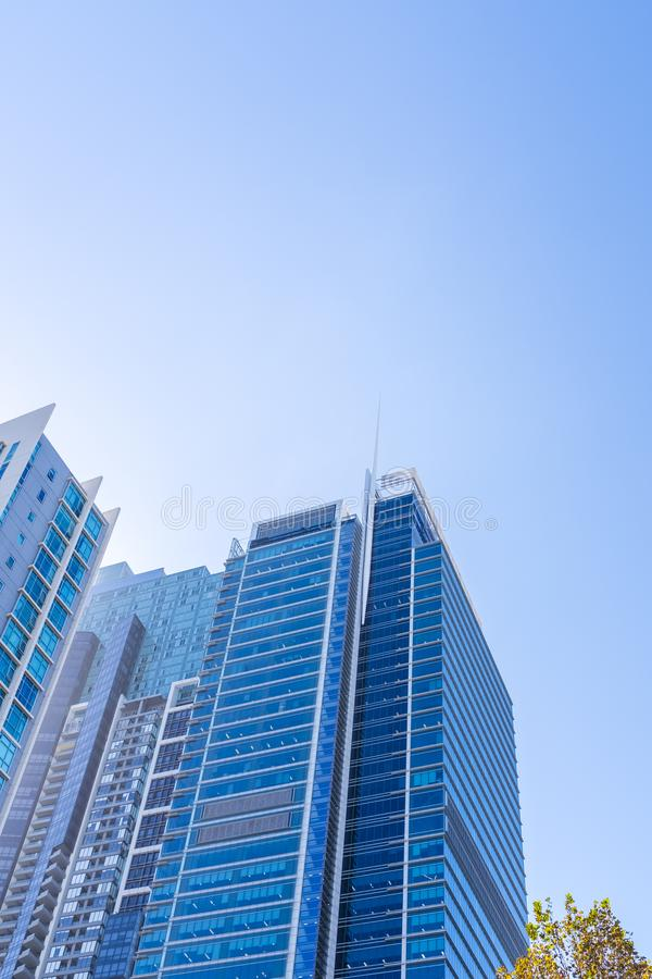 Modernes Bürogebäude in im Stadtzentrum gelegenem Sydney stockbild