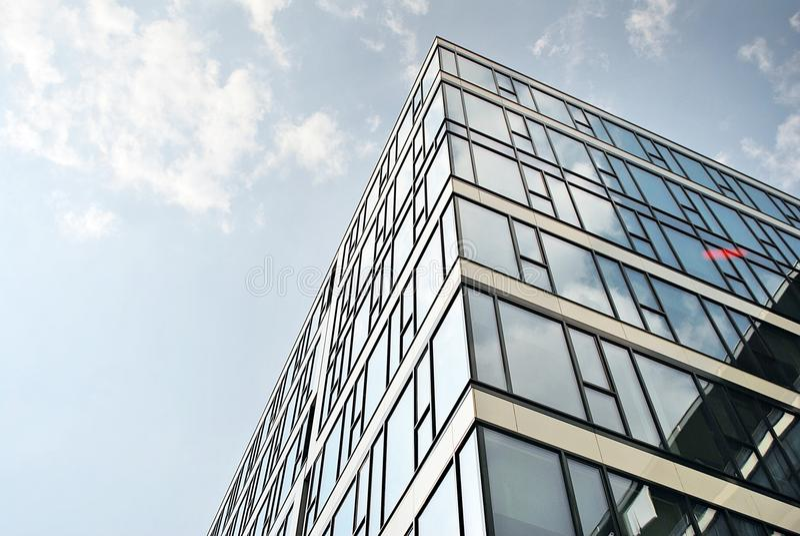 Modernes Bürogebäude mit Fassade des Glases stockfotografie