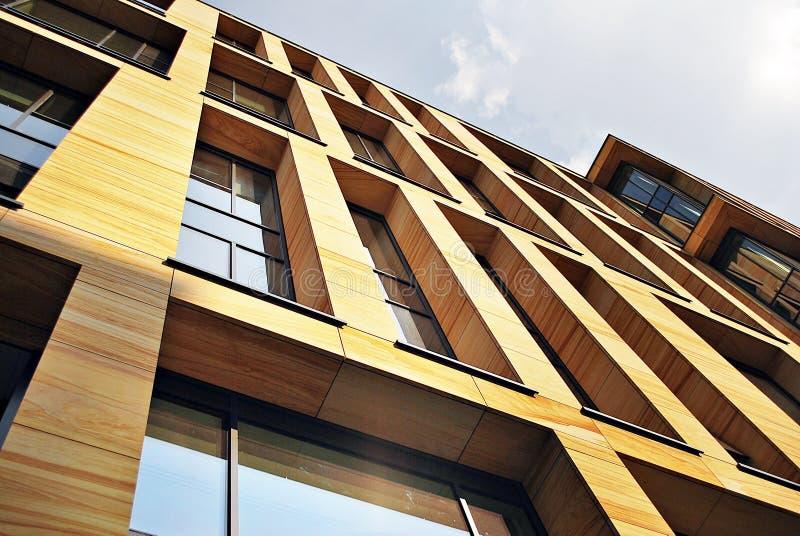 Modernes Bürogebäude mit Fassade des Glases lizenzfreie stockfotos
