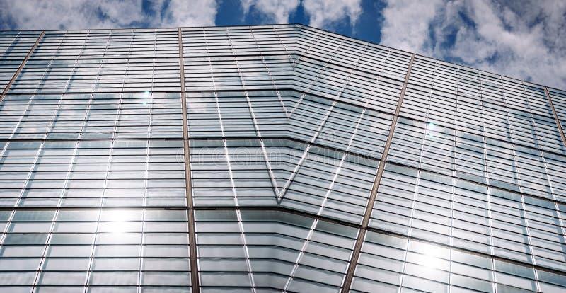 Modernes Bürogebäude mit Filmeffekt wendete breite Ansicht an stockfotos