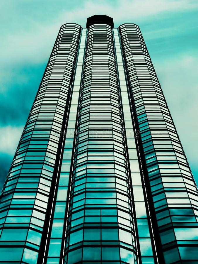 modernes Bürogebäude mit Wolken des blauen Himmels stockfotos