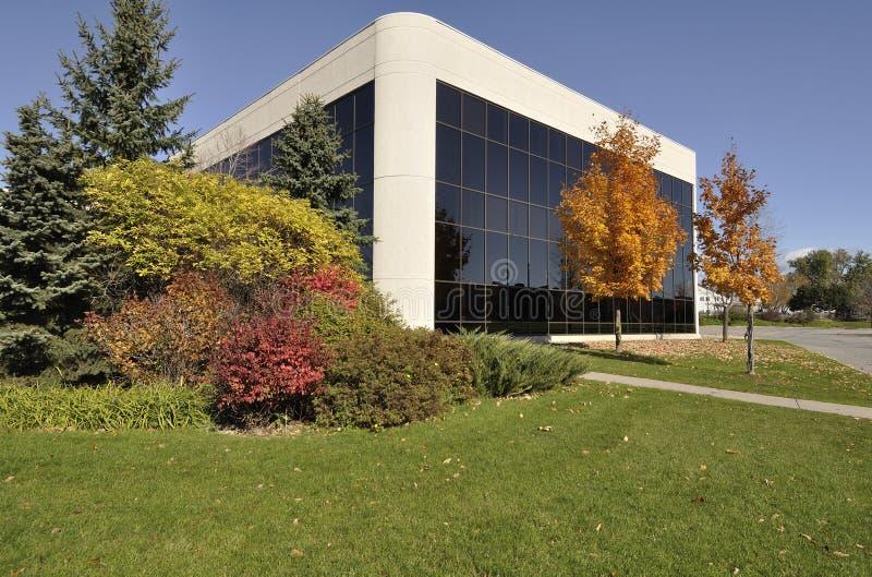 Modernes Bürohaus mit der schönen Landschaftsgestaltung lizenzfreies stockbild