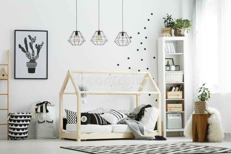 Modernes Babyschlafzimmer im Weiß lizenzfreies stockbild