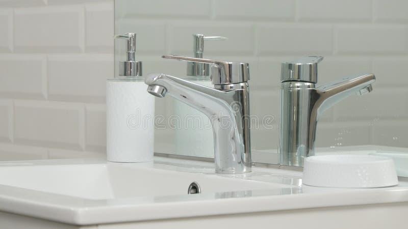 Modernes Badezimmer-Bild mit Wanne und Hahn mit flüssigem Wasser lizenzfreies stockfoto