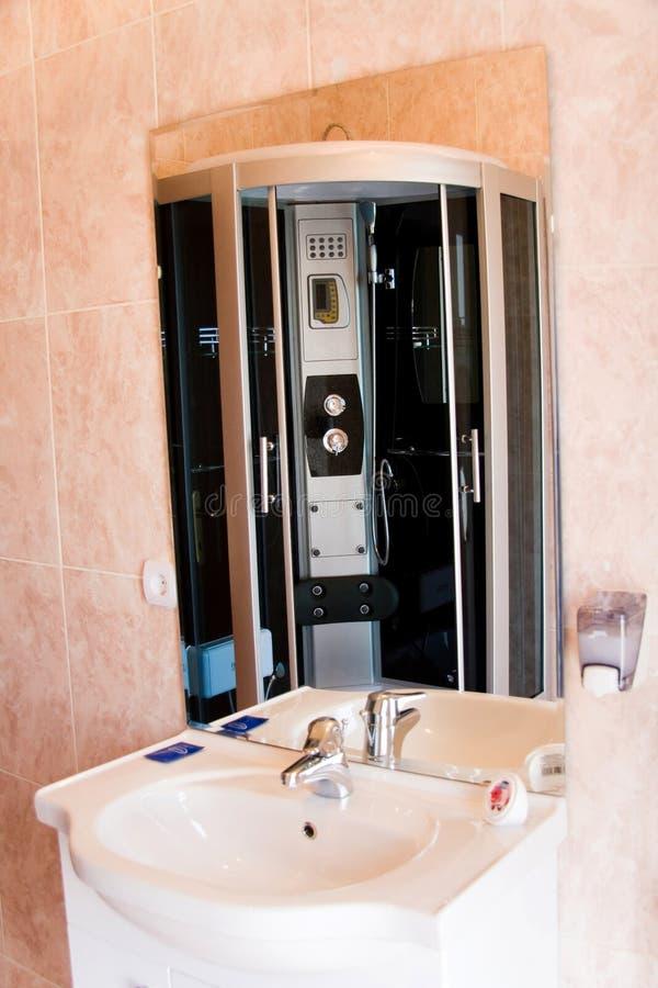 Modernes Badezimmer des Hotels stockbilder