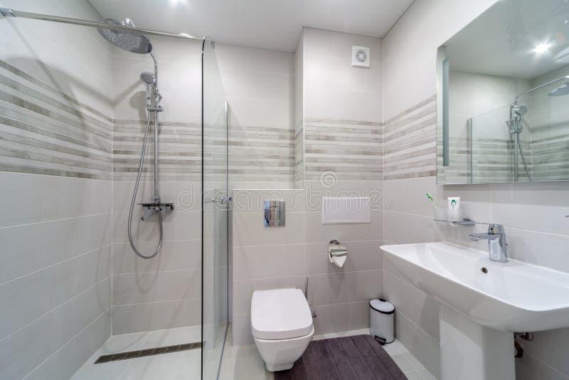 Modernes Badezimmer des sauberen hellen stilvollen Designers Badezimmerinnenraum im Luxushaus mit Glasdusche stockbild