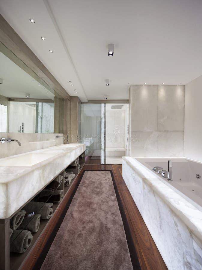 Modernes Badezimmer Mit Marmor Und Parkett, Niemand Stockbild - Bild ...