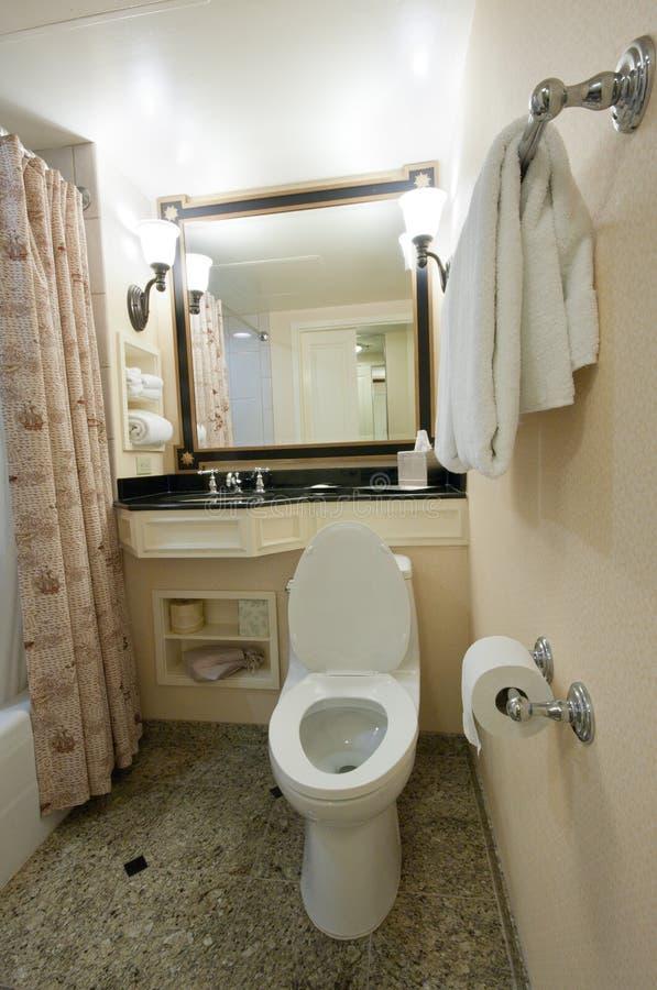 Modernes Badezimmer mit Toilettenwanne stockfotos