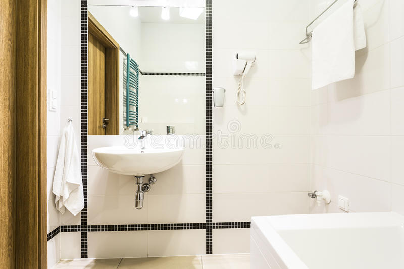 Modernes Neues Badezimmer In Schwarzweiss Stockfoto - Bild ...