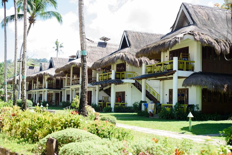 Modernes bahay kubo als Strandhaus lizenzfreies stockfoto
