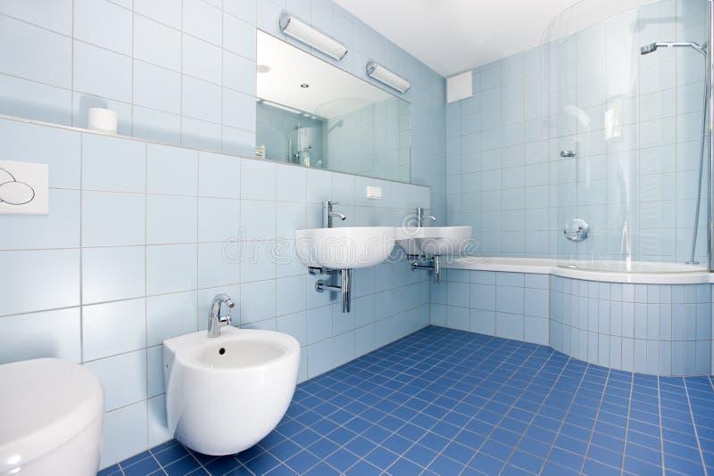 Modernes blaues Badezimmer stockbild. Bild von hausarbeit - 17701511