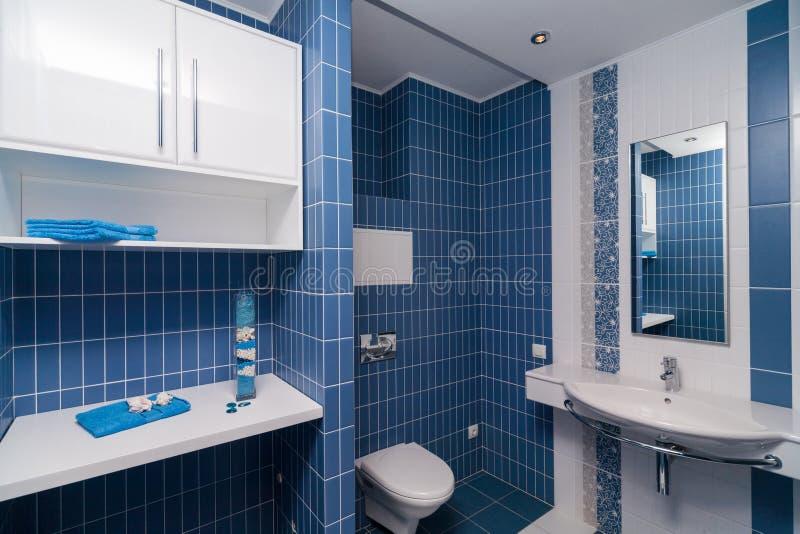 Modernes blaues Badezimmer stockbild. Bild von luxus - 49847171