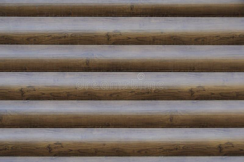 Modernes Blockhaus-Block-Haus-Holz Brown baute Beschaffenheit auf Hölzerne Verkleidungs-Wand horizontales Brown - roter breiter H stockfotografie