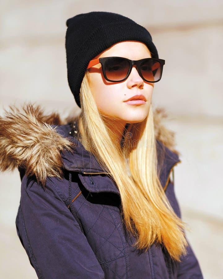 Modernes blondes Mädchen, stilvolles Modell des Porträts in der Stadt lizenzfreie stockfotos