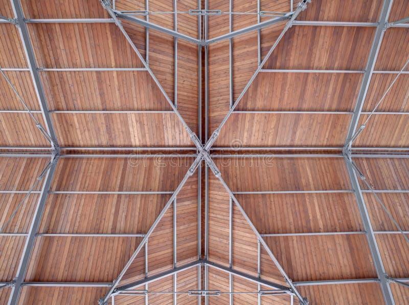Modernes Dach eines Hafenhafens machte Stahlholz lizenzfreies stockbild