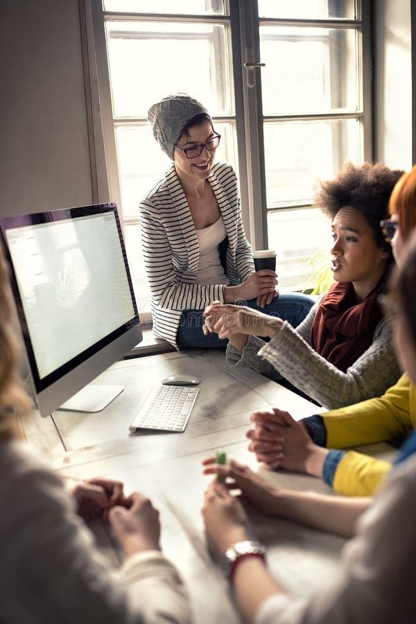 Modernes Designerbüro mit Angestellten stockfotografie