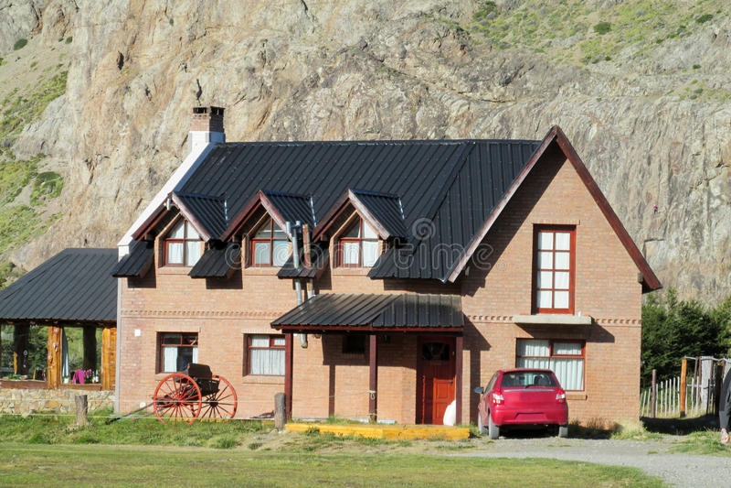 Modernes Dorfhaus lizenzfreies stockbild