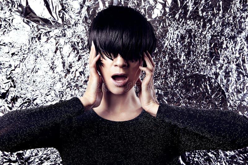 Modernes Exzenterfrauenporträt, funkeln metallischer Hintergrund stockfoto