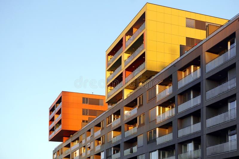 Modernes Familienwohngebäude gegen blauen Himmel bei Sonnenuntergang stockfotos