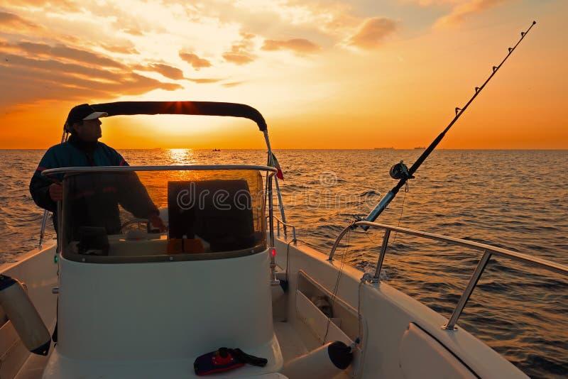 Modernes Fischerboot am Sonnenaufgang stockbild