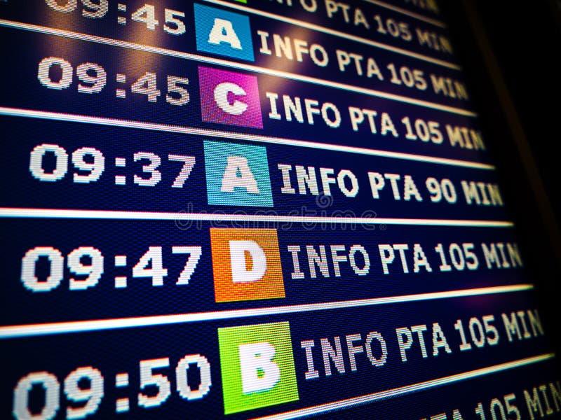 Modernes Flughafeninformationsbrett mit verschiedenen Toren lizenzfreie stockfotos