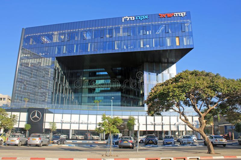 Modernes futuristisches Architekturgebäude und Mersedes-Benzsalon, stockfoto