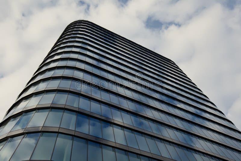 Download Modernes Gebäude stockbild. Bild von geometrie, außen - 26364739