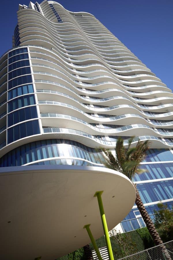 Modernes Gebäude auf einem blauen Himmel schoss im abstrakten Winkel stockfotografie