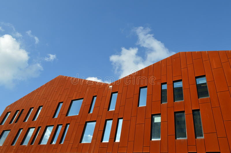 Modernes Gebäude, das rote Platten enthält stockbild