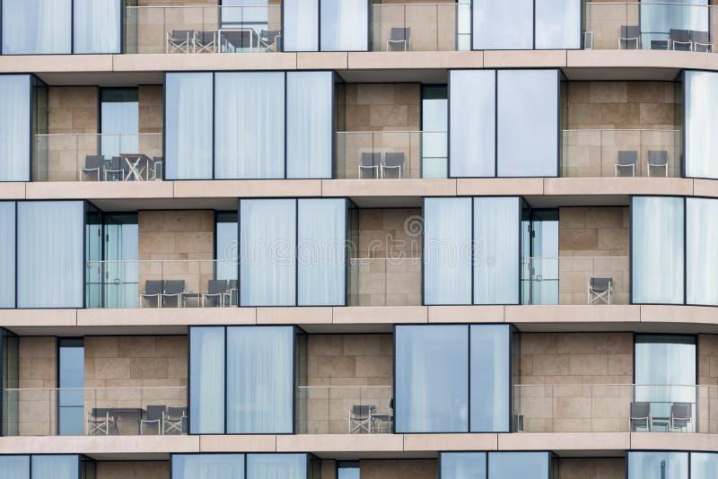 Modernes Gebäude der Fassade entlang der Themse in Londen, England lizenzfreies stockfoto