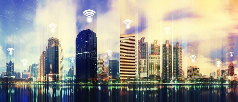 Modernes Gebäude in der Stadt mit WiFi-Verbindung Icons im Himmel Konzept der drahtlosen Netzwerkverbindung stockfotografie