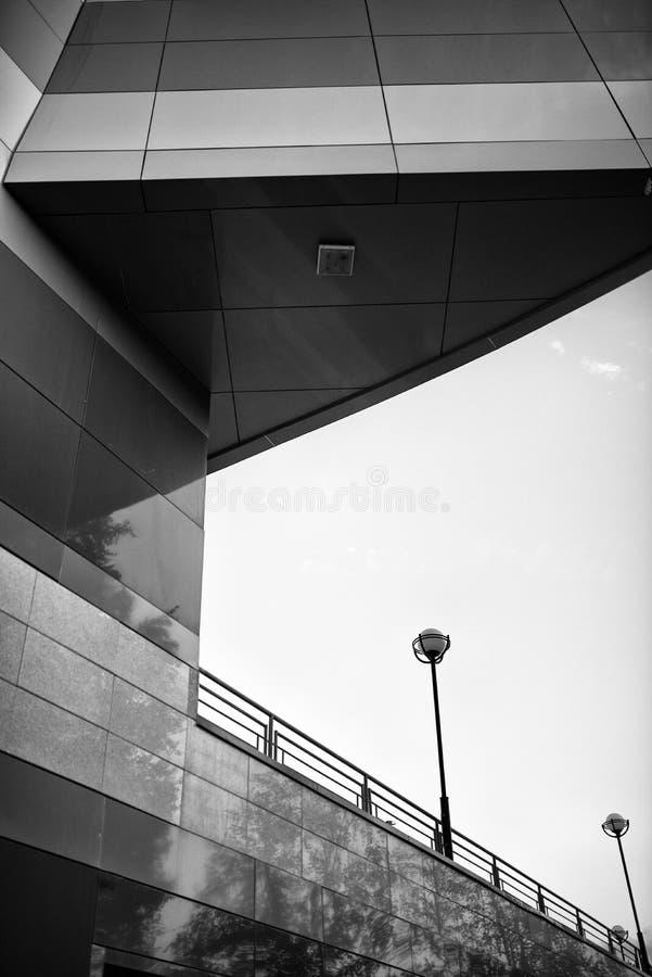 Modernes Gebäude des Fassadenentwurfs Schwarzweiss stockbild
