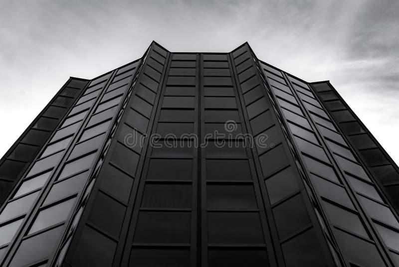 Modernes Gebäude hergestellt aus Glas und Stahl stockfotos