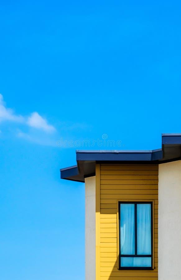 Modernes Gebäude mit Fenster gegen blauen Himmel stockfotos
