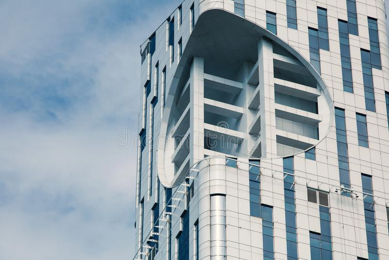 Modernes Gebäude mit Glasarchitektur Detail eines modernen hohen Gebäudes Ein mehrstöckiges Haus, Fenster, Metallplatten stockbild