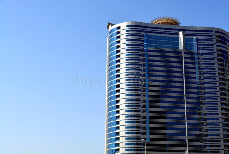 Modernes Gebäude mit Himmelhintergrund stockbild