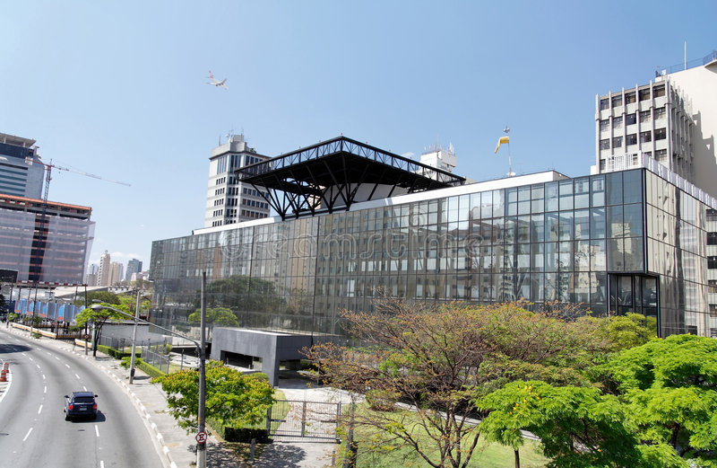 Modernes Gebäude mit Hubschrauber-Landeplatz lizenzfreie stockfotos