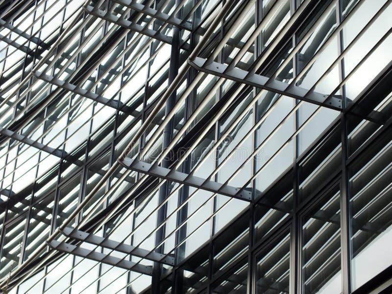 Modernes Gebäude mit Metallrahmen und -glas lizenzfreie stockbilder