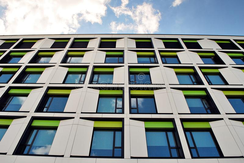 Modernes Gebäude Modernes Bürogebäude mit Fassade des Glases stockbilder