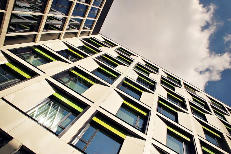 Modernes Gebäude Modernes Bürogebäude mit Fassade des Glases lizenzfreie stockbilder