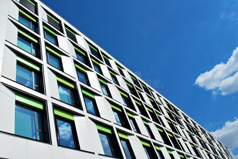 Modernes Gebäude Modernes Bürogebäude mit Fassade des Glases stockfotografie