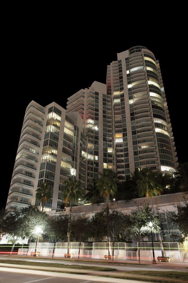 Modernes Gebäude nachts lizenzfreie stockfotografie