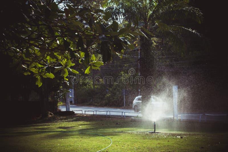 Modernes Gerät des Bewässerungsgartens Rasenberieselungsanlage stockfoto