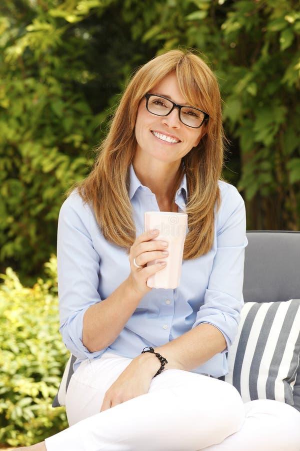 Modernes Geschäftsfrauporträt lizenzfreie stockfotografie