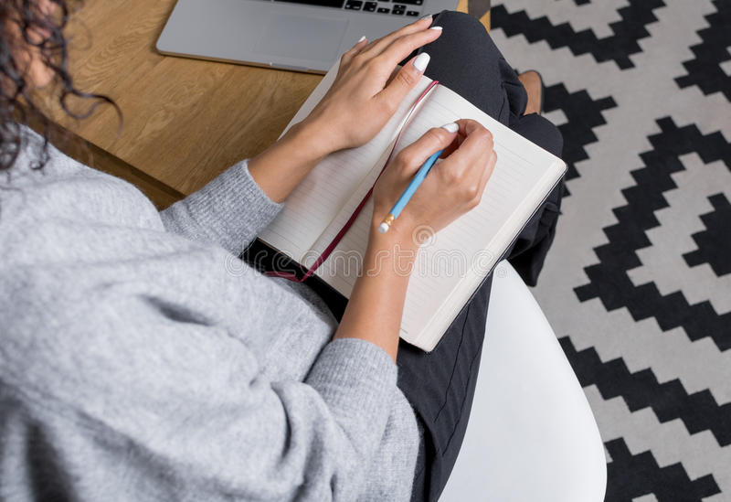 Modernes Geschäftsfrauschreiben in ihren persönlichen Planer lizenzfreies stockbild
