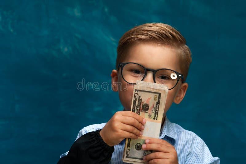 Modernes Geschäftskind, das Geld zählt lizenzfreie stockbilder