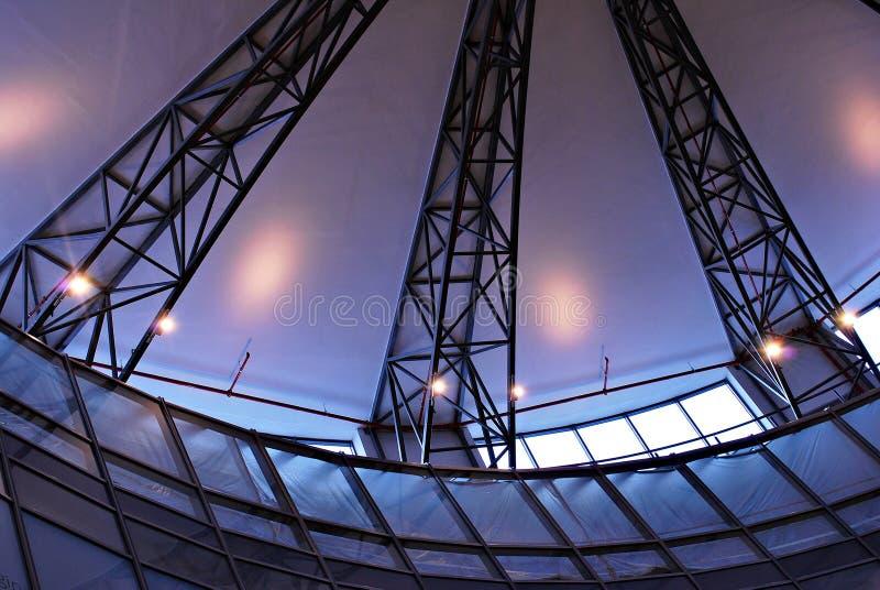 Modernes Glasdach mit Metall wölbt sich auf der Decke lizenzfreie stockfotos