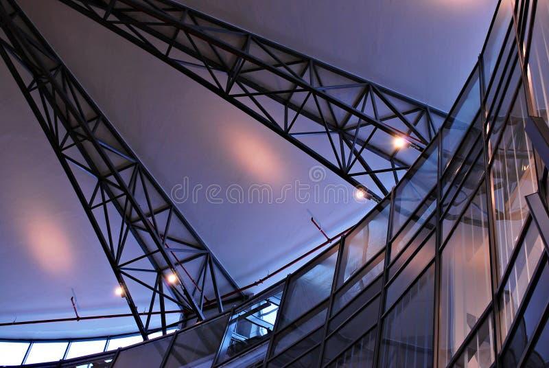 Modernes Glasdach mit Metall wölbt sich auf der Decke stockbilder