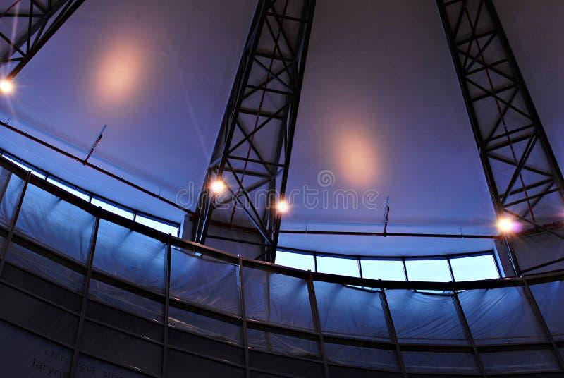 Modernes Glasdach mit Metall wölbt sich auf der Decke stockfoto