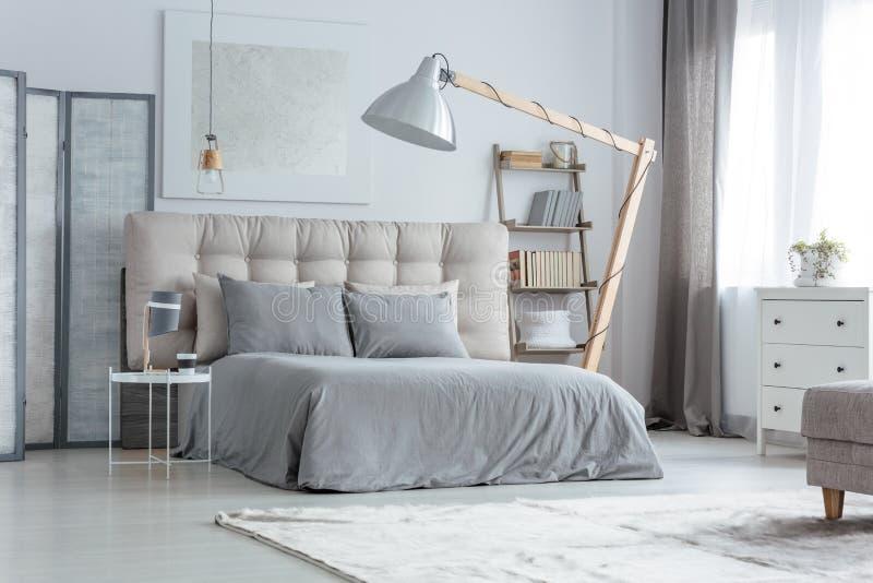 Modernes graues Schlafzimmer lizenzfreies stockfoto